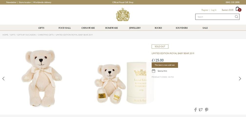 Lembrancinhas celebrando o nascimento do bebê real foram colocadas à venda na loja oficial. Este ursinho, que custava cerca de R$ 650 e teve só 100 exemplares, já está esgotado. — Foto: Reprodução/Official Royal Gift Shop