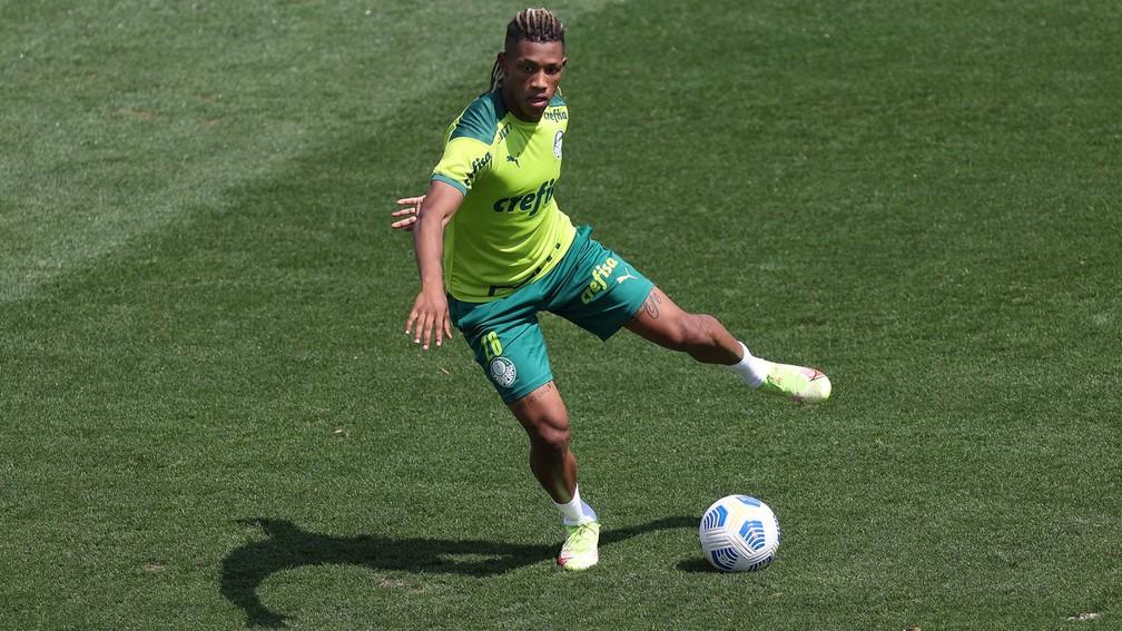 Danilo durante treino do Palmeiras na Academia de Futebol — Foto: Cesar Greco