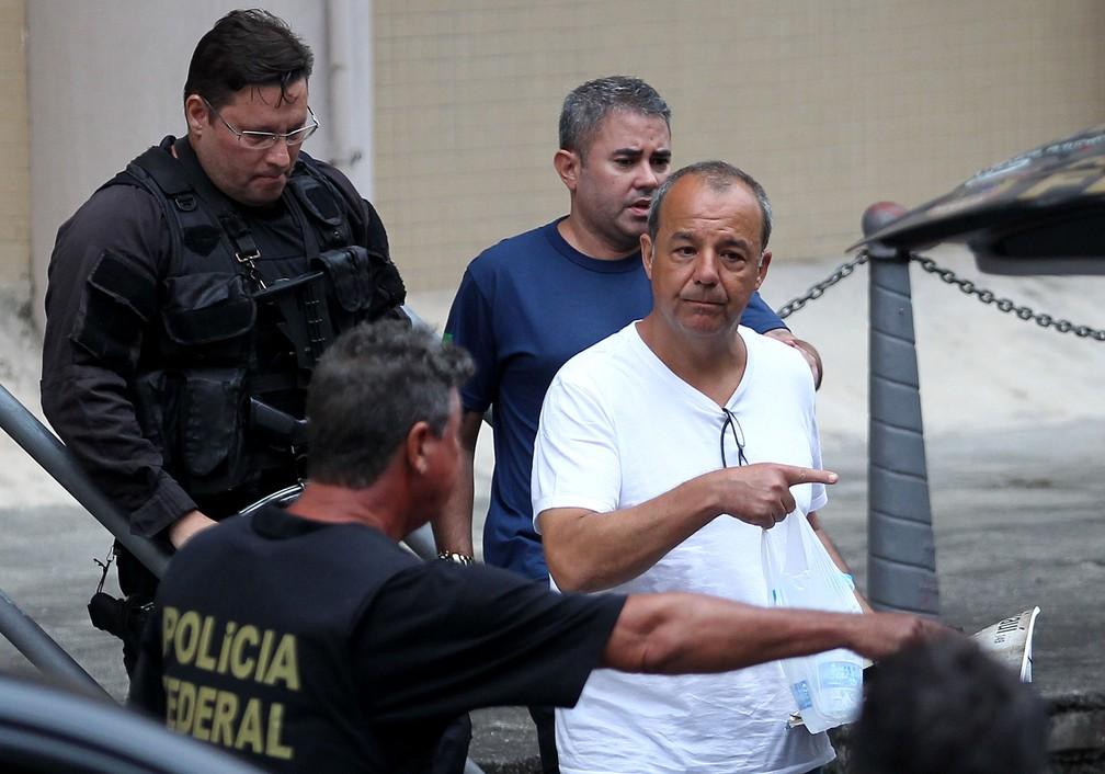 O ex-governador Sérgio Cabral é conduzido pela PF no dia em que prestou novo depoimento e admitiu esquema de pagamento de propina (arquivo) — Foto: Wilton Junior/Estadão Conteúdo