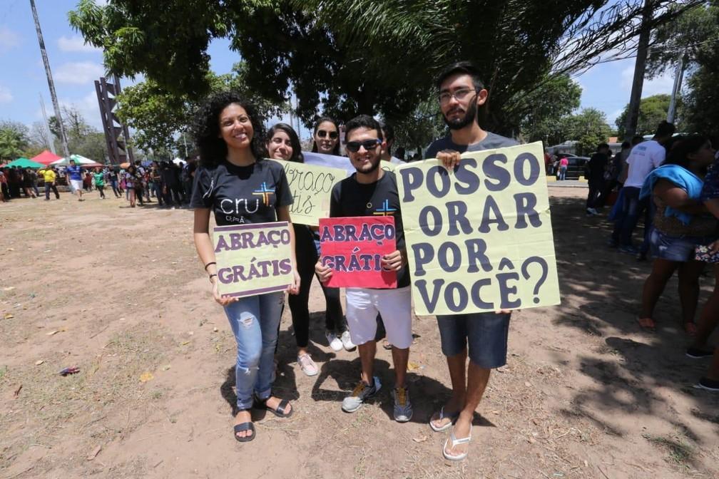 Grupo oferece oração e abraços antes da prova do Enem — Foto: Thiago Gadelha/SVM