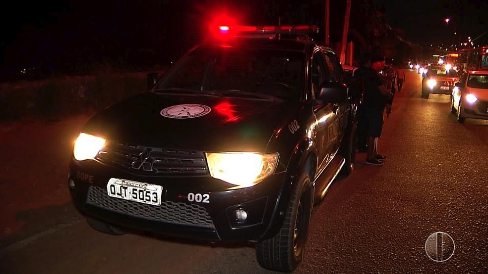 Batalhão de Operações Especiais foi chamado para dar segurança a quem precisava passar pela ponte (Foto: Reprodução/Inter TV Cabugi)