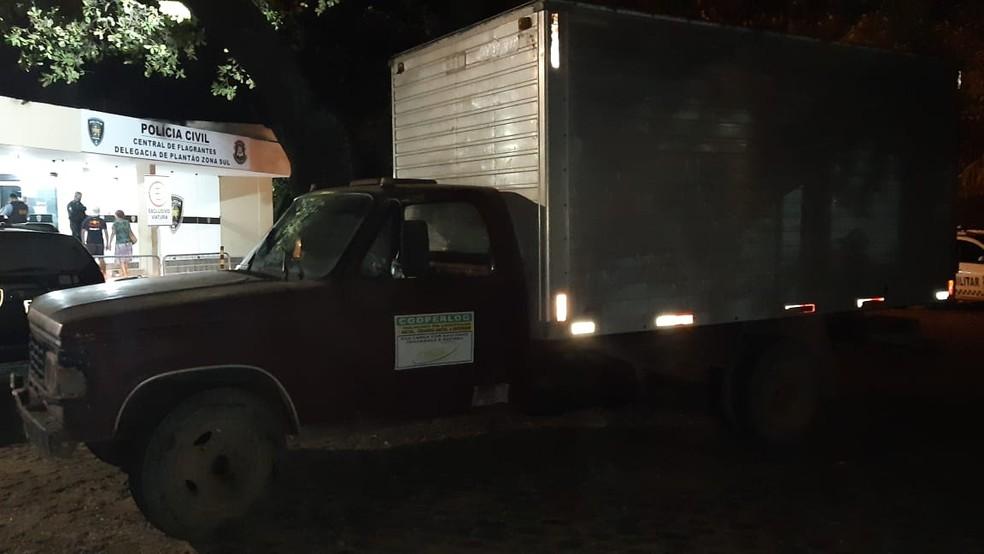 Polícia recuperou caminhão roubado pelos criminosos na noite desta terça (21) em Macaíba — Foto: Sérgio Henrique Santos/Inter TV Cabugi