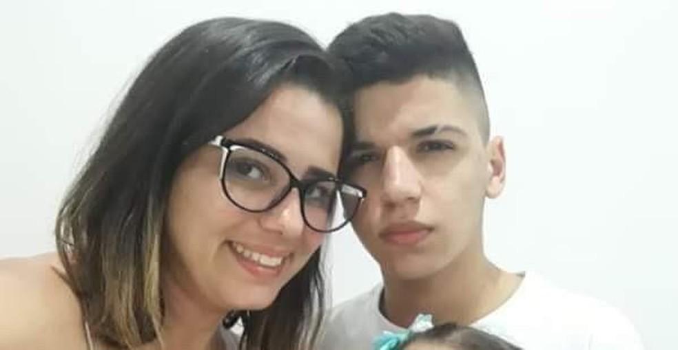 Mãe e filho estudam juntos pelo EJA na mesma sala em escola municipal de São Vicente, SP — Foto: Arquivo Pessoal