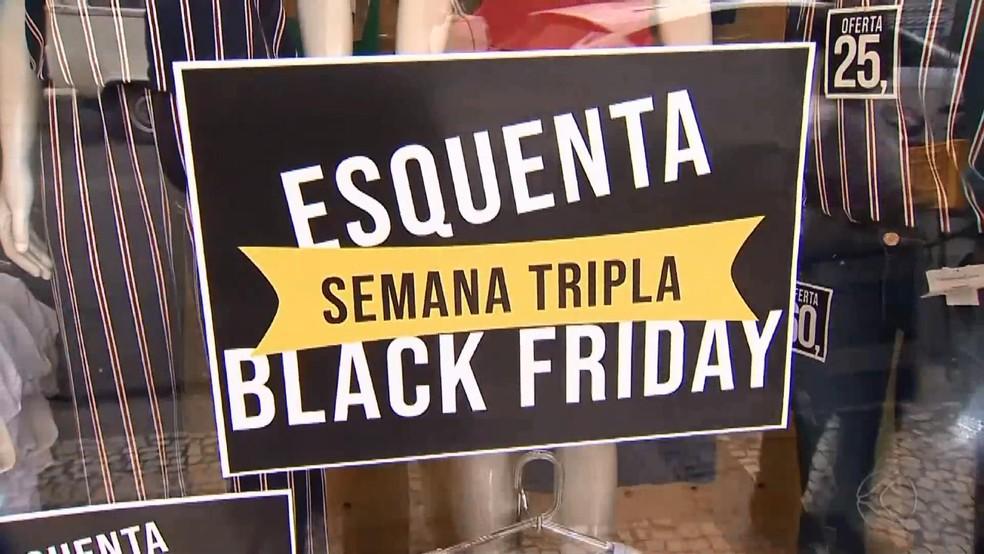 3905c8b5ee ... Cartazes já anunciam as promoções da Black Friday em lojas de Juiz de  Fora — Foto
