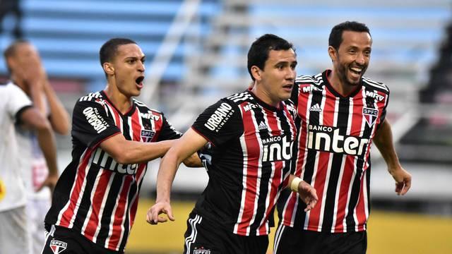 Pablo comemora o primeiro gol do São Paulo na partida, ao lado de Nenê e Antony