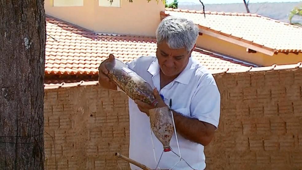 Dono da casa onde gato apareceu criou engenhoca para alimentar animal (Foto: Reprodução EPTV)