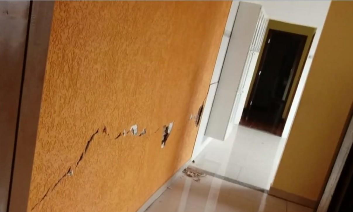 Com casas interditadas por problemas em rede de esgoto, moradores cobram solução em Limeira