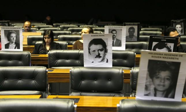 Cartazes lembram vítimas da ditadura na sessão de 50 anos do AI-5