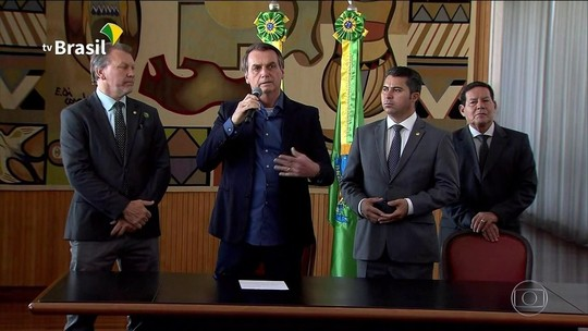 Bolsonaro assina lei que amplia posse de armas no campo