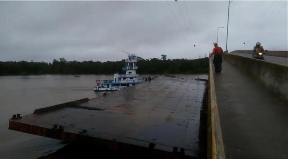 Balsa se choca contra ponte que dá acesso ao distrito de Outeiro, em Belém — Foto: Reprodução/ TV LIberal