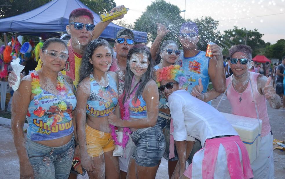 Com vários acessórios, foliões se concentraram na Praça do Sairé no Carnaval — Foto: Adonias Silva/G1