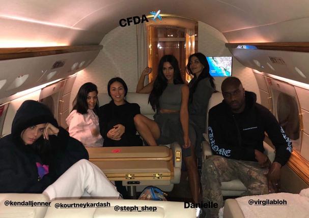 Kim Kardashian faz festa no jatinho a caminho de Nova York (Foto: Reprodução/Instagram)