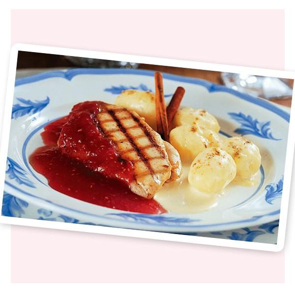 Steak de frango ao molho de framboesa + farofa de banana (Foto: Reprodução)