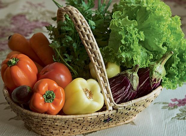 Simpático, útil e bonito: produtos orgânicos na cesta de palha (Foto: Foto Cacá Bratke/Editora Globo | Realização Cláudia Pixu | Produção Ellen Annora)
