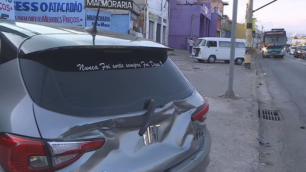 Kombi bateu na traseira de um Argo — Foto: Reprodução/TV Globo