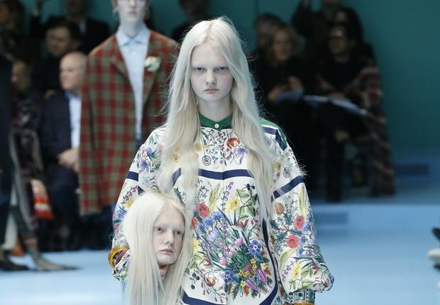 Alessandro Michele levou um conceito de pós-humano para semana da moda de Milão. Estilista da Gucci colocou nas passarelas modelos segurando réplicas de suas cabeças (Foto: Reprodução/Facebook/Gucci)