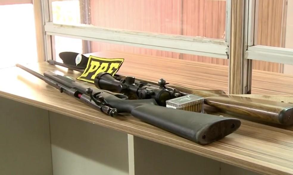 Duas carabinas calibre 22 foram apreendidas na BR-472 (Foto: Reprodução/RBS TV)