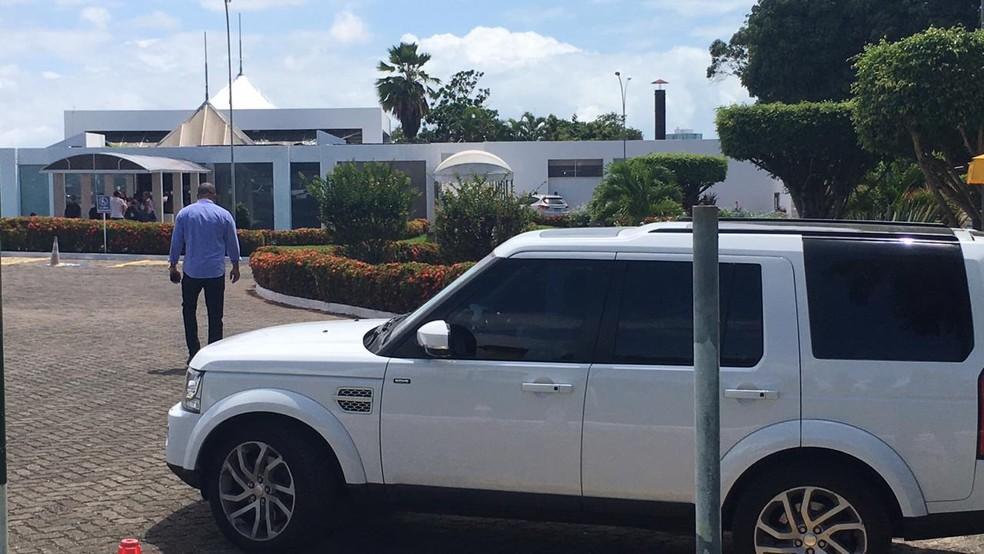 Ivete e o marido chegaram nesse carro branco — Foto: Alan Oliveira/G1 Bahia
