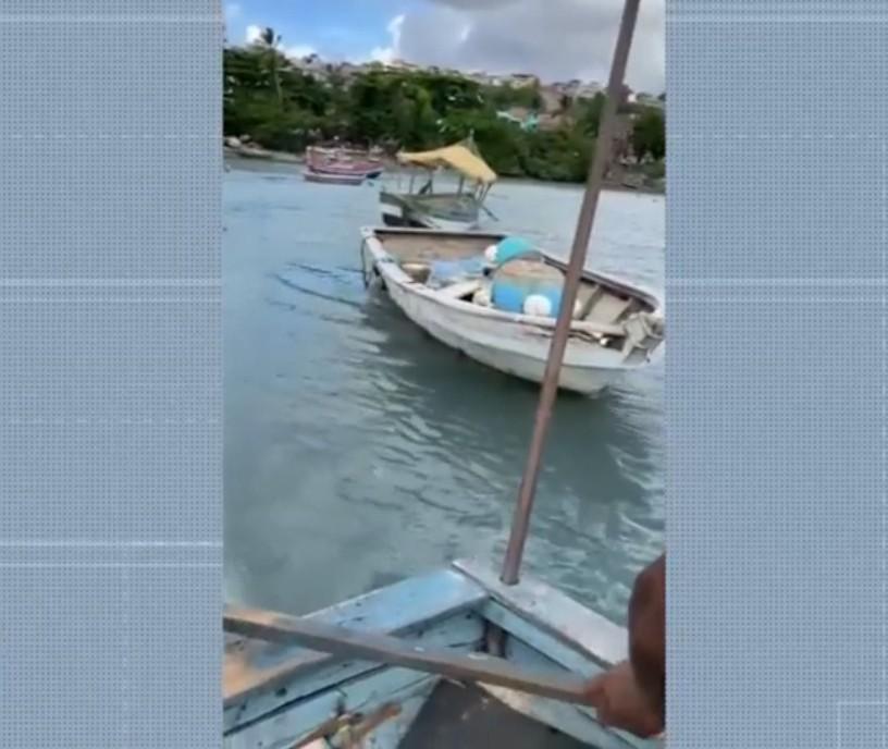 Duas motos roubadas são encontradas dentro de barco em praia de Salvador