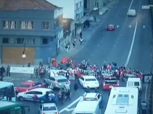 Manifestação contra PEC 241 bloqueou Avenida Mauá, no Centro de Porto Alegre (Foto: Reprodução/EPTC)