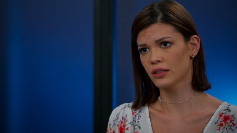 Kyra (Vitória Strada) tenta acalmar Rafael (Bruno Ferari) em 'Salve-se Quem Puder' — Foto: Globo