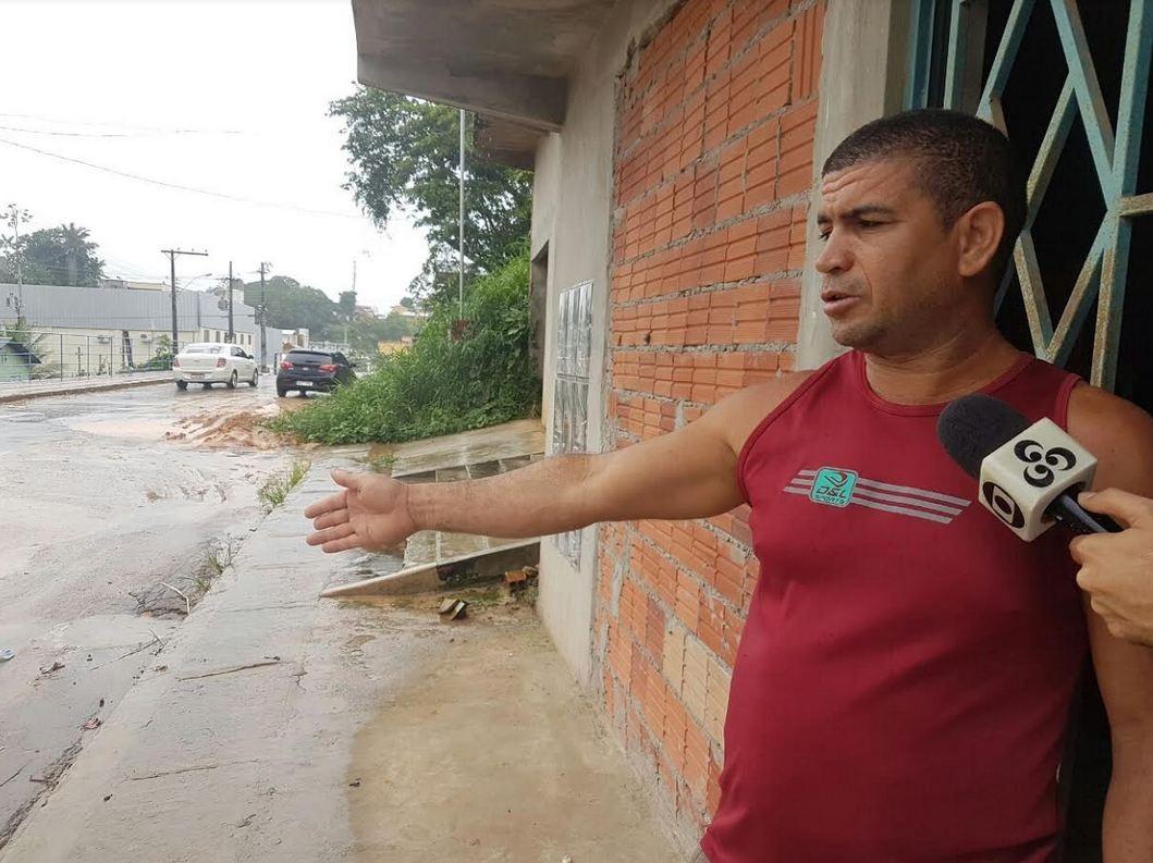 Moradores reclamam de buracos em rua no Centro de Cruzeiro do Sul