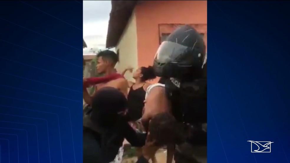 Criança foi socorrida por dois policiais militares em Santa Inês (MA) — Foto: Reprodução/TV Mirante