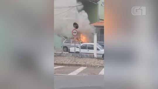 Carro pega fogo em estacionamento de prédio em São José; veja vídeo
