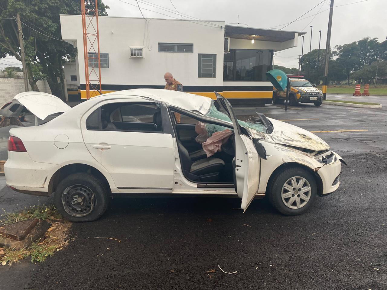 Motorista capota e abandona carro carregado com 287 quilos de maconha na PR-323, diz polícia