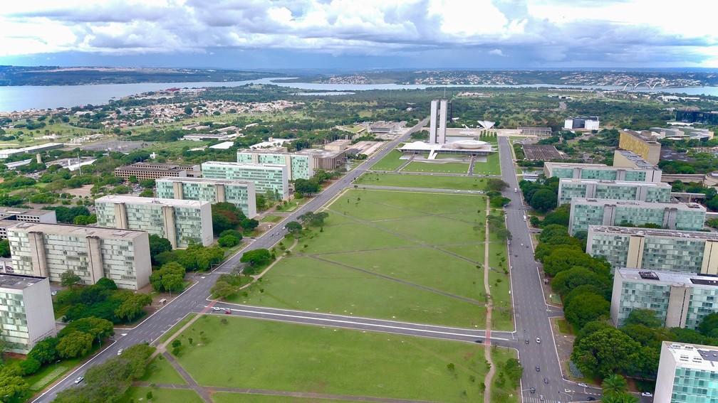 BRASÍLIA - Imagem aérea mostra a Esplanda dos Ministérios, com o Congresso Nacional ao fundo, vazia na sexta-feira (20) em Brasília — Foto: Sérgio Lima/AFP