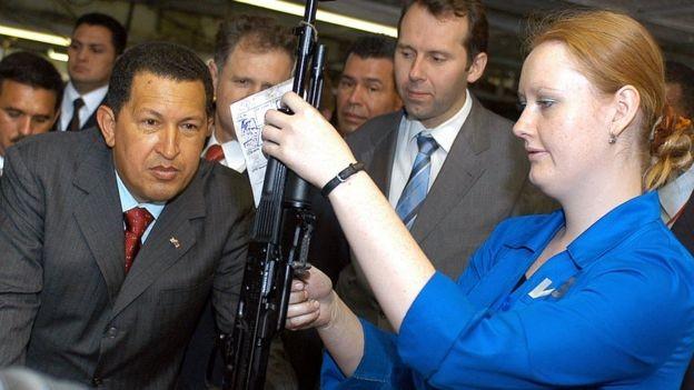 Durante o governo de Hugo Chávez, a Venezuela se tornou a principal compradora de armas russas da América Latina (Foto: Getty Images/BBC)