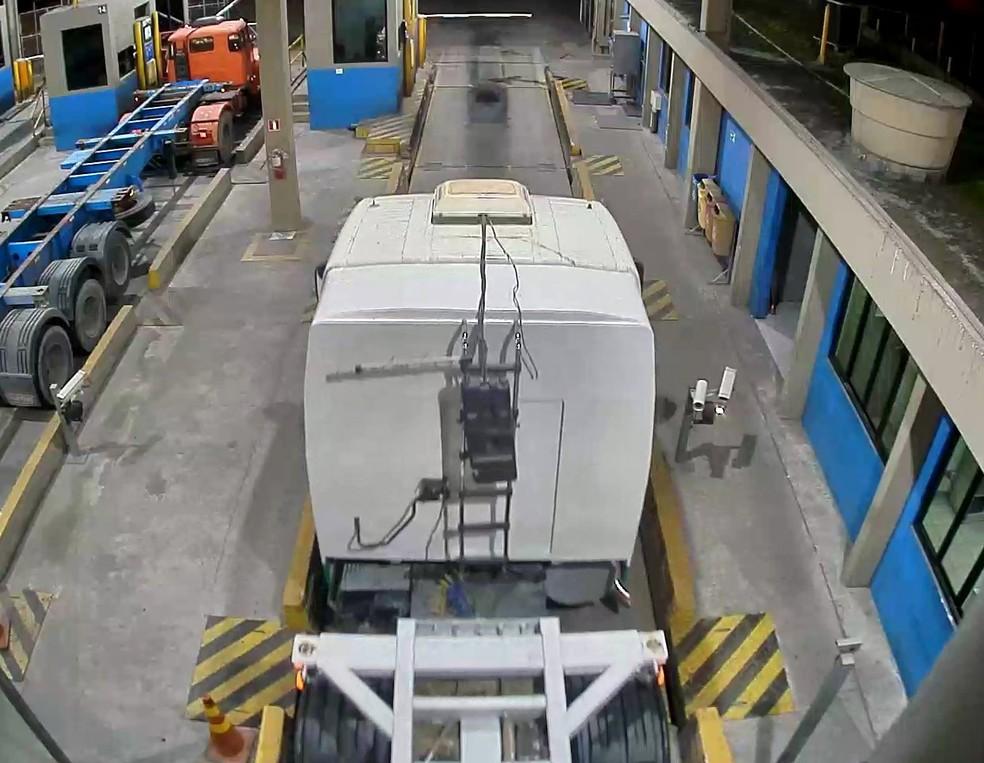 Caminhão é registrado com cabine adulterada em terminal do Porto de Santos, SP â?? Foto: G1 Santos