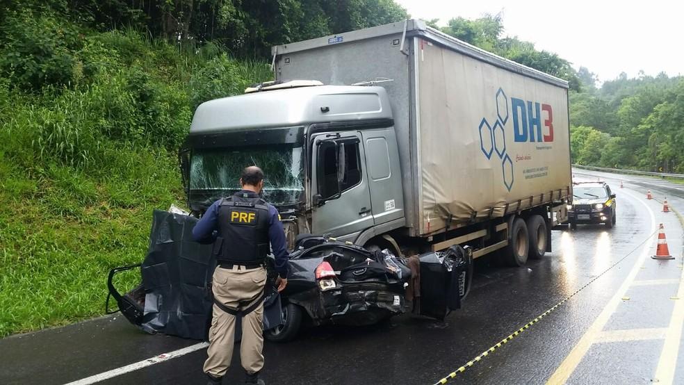 Batida entre carro e caminhão mata duas pessoas na BR-277, entre Palmeira e Teixeira Soares (Foto: Divulgação/PRF)