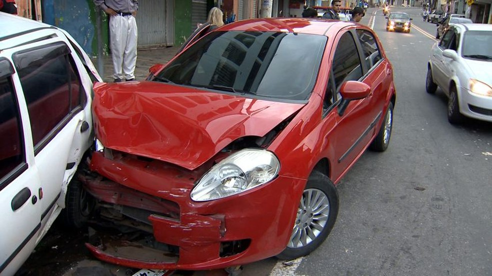 Carro em que criminosos estavam bateu em outro veículo durante a fuga — Foto: Reprodução/ TV Gazeta
