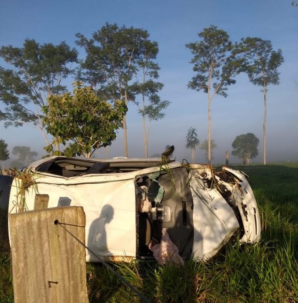 Carro capotou por diversas vezes e parou no pasto de uma propriedade rural.  — Foto: Machadinho Online/Reprodução