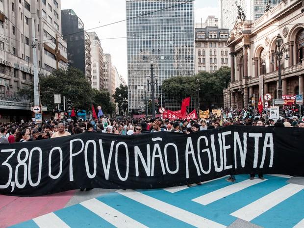 Faixa contra o aumento da tarifa de ônibus para 3,80 é exibida durante ato em frente ao Theatro Municipal, no centro de São Paulo (Foto: Marcelo Brandt/G1)