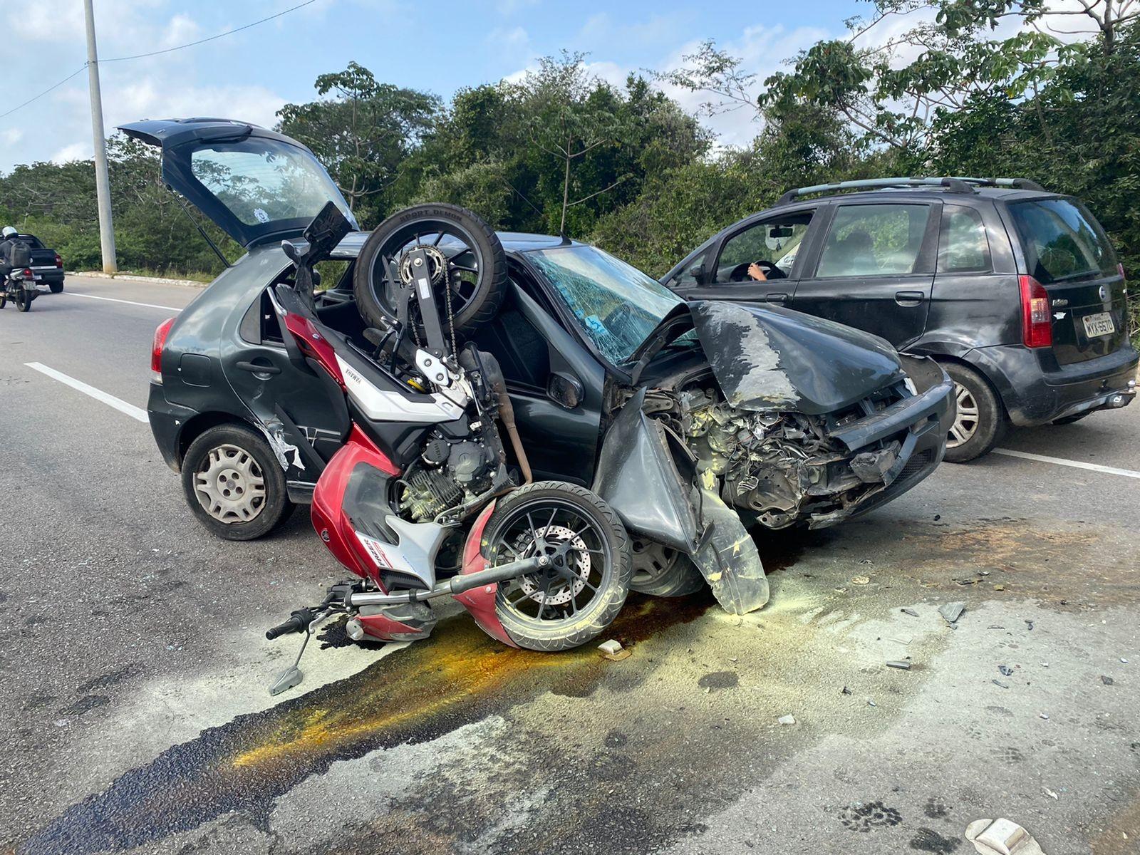 Motorista perde o controle do carro, bate em poste e colide em moto em Parnamirim