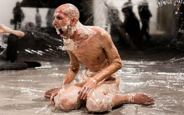 "Artista paranaense Maikon Kempinski encena a performance ""DNA de Dan"" — Foto: VictorTakayama/Divulgação"