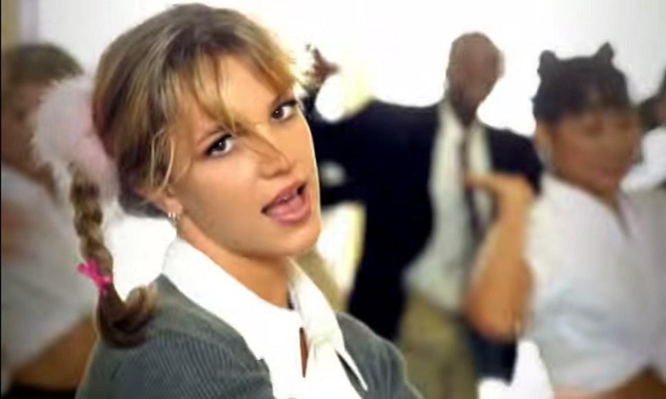 """Britney Spears no clipe de """"… Baby One More Time""""  (Foto: Divulgação)"""
