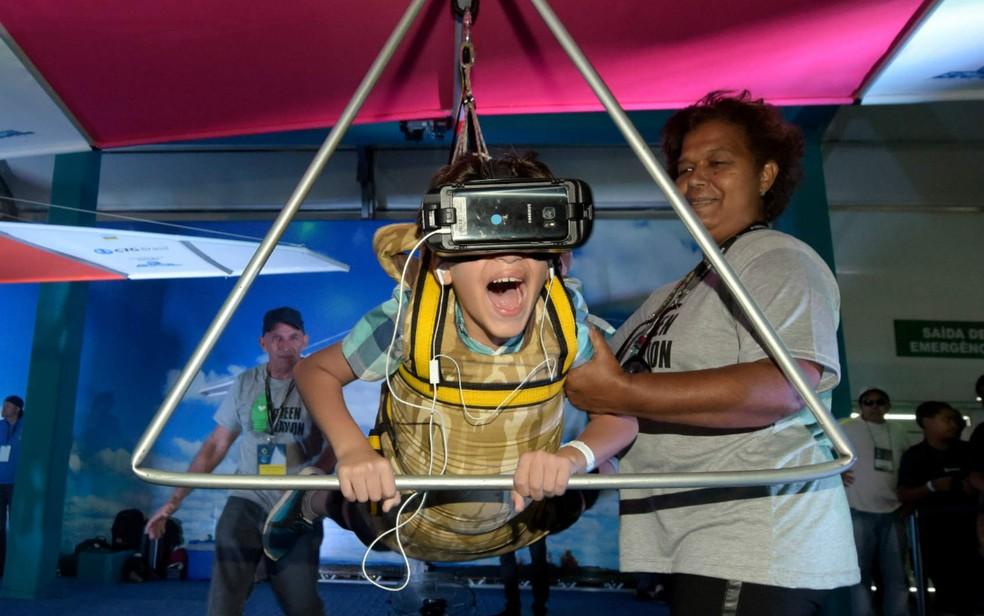 Criança brinca em simulador virtual durante o 8 Fórum Mundial da Água, em Brasília (Foto: Sergio Amaral/8º FMA)