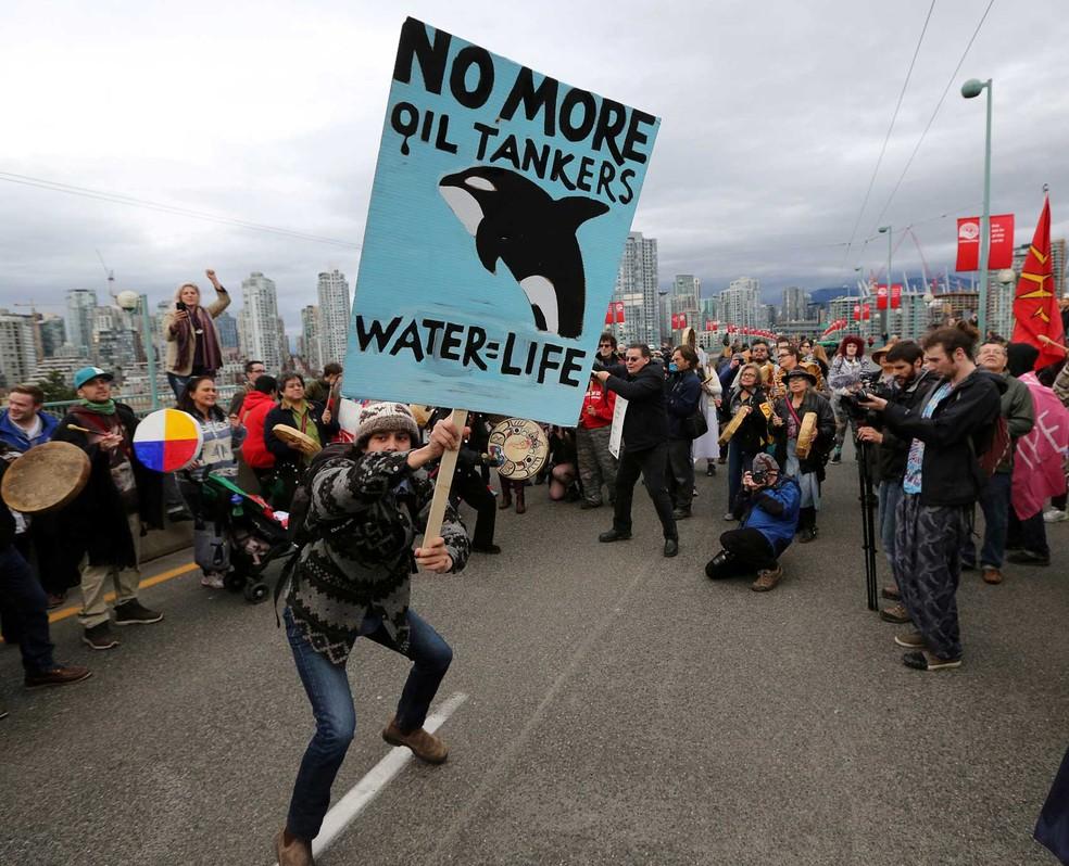 Manifestante dança durante protesto em Vancouver, no Canadá, contra proposta de expansão do Trans Mountain, em 19 de novembro de 2016. (Foto: Arquivo/Chris Helgren/Reuters)