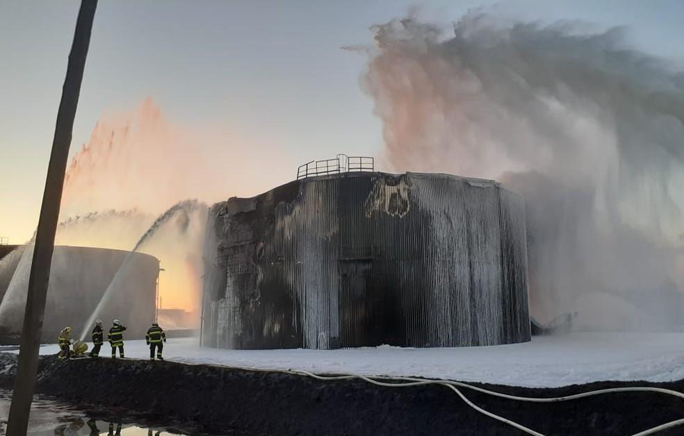 Bombeiros tentam controlar as chamas — Foto: Divulgação/Corpo de Bombeiros