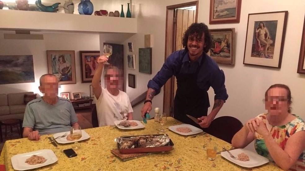Gustavo Colombeck faz jantar para grupo de idosos no Rio de Janeiro durante passagem pelo Brasil  (Foto: Arquivo pessoal via BBC)