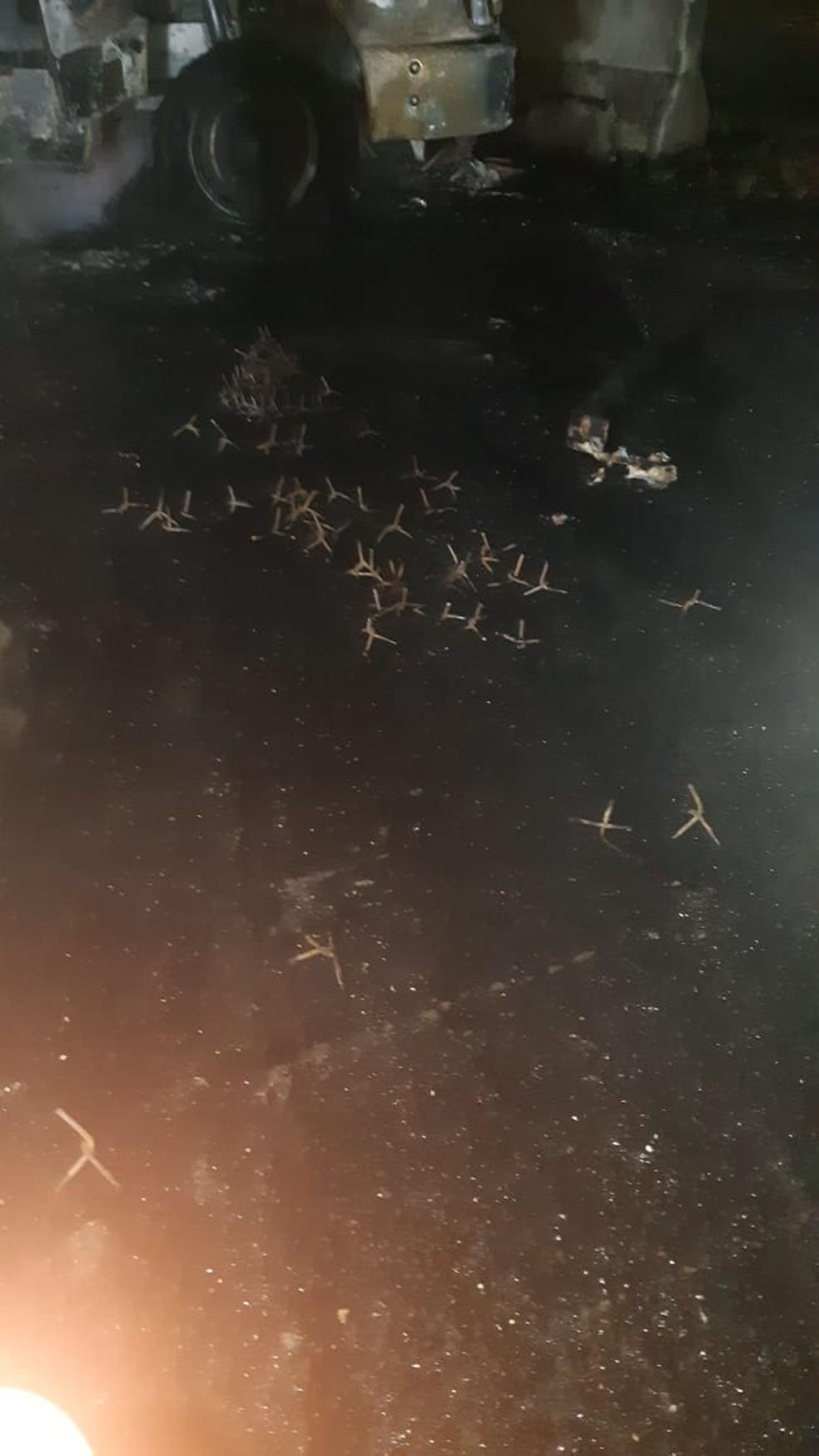 """Criminosos deixaram """"miguelitos"""" no túnel do morro do Formigão, na BR-101 — Foto: PRF/ Divulgação"""
