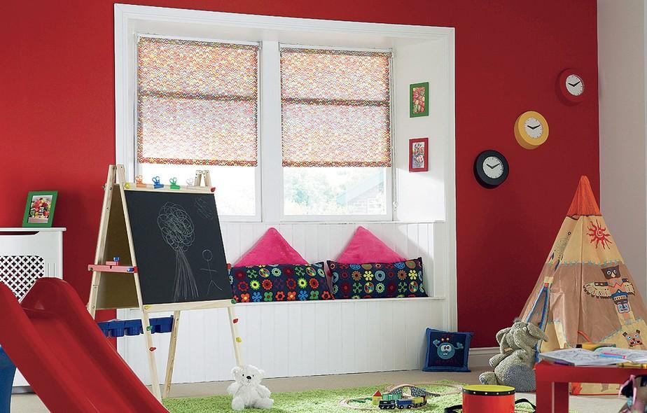 A parede vermelha ganhou um nicho branco no recuo das janelas. Lá, foi criado um banco. Repare como a cor cria uma espécie de novo ambiente. A cortina é da Arthur Decor