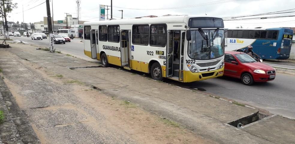Ônibus da linha 72 foi alvo de assalto na madrugada desta quinta-feira (11) em Natal.  — Foto: Klênyo Galvão/Inter TV Cabugi