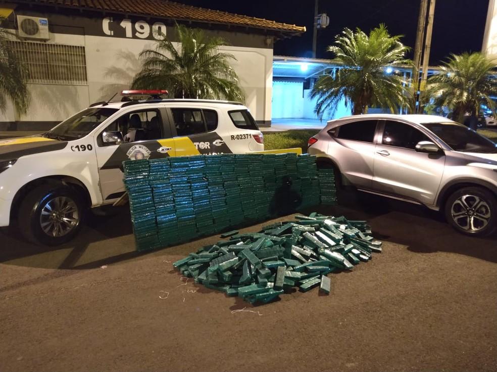 Policiais encontraram quase meia tonelada de maconha no porta-malas e no banco traseiro do veículo em Ourinhos — Foto: Polícia Rodoviária/Divulgação