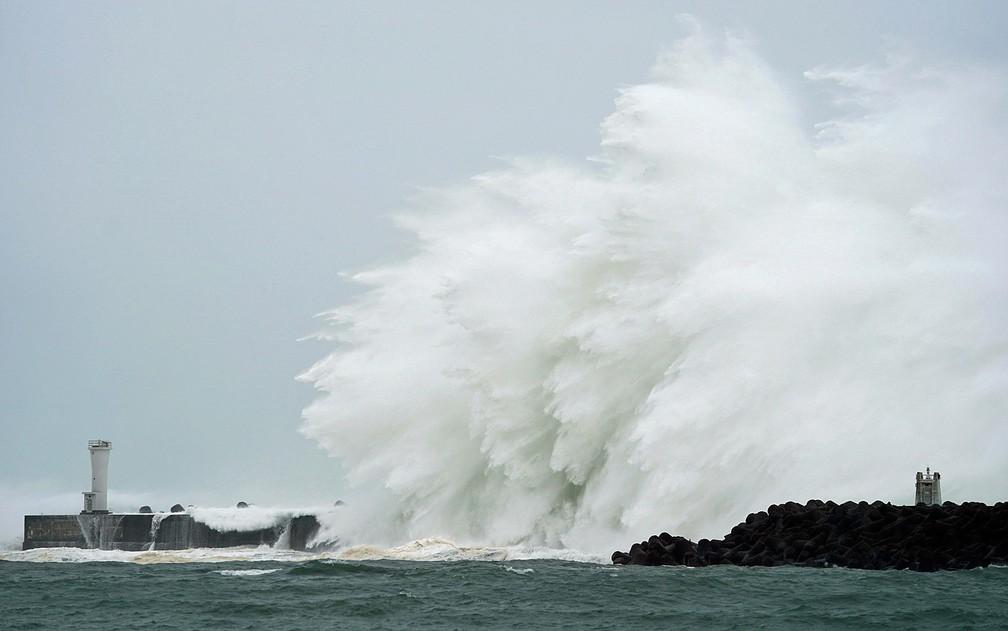 Tufão Hagibis provoca grandes ondas no porto na cidade de Kiho, província de Mie, no centro do país — Foto: Toru Hanai / AP Photo