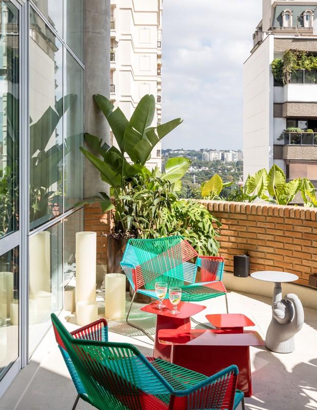 Terraço tem móveis coloridos e alegres para acomodar quem queira apreciar a vista  (Foto: Fran Parente/Divulgação)