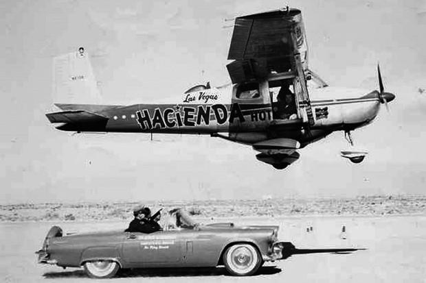 Um Thundebird alinhou com o avião para pintar os pneus (Foto: Reprodução)